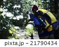 森林を歩く男性たち 21790434