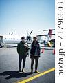 飛行機に乗る男性 21790603