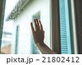 雨の日 窓際 水滴の写真 21802412