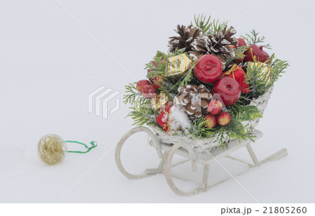 Wooden toy sledge with Christmas decoration の写真素材 [21805260] - PIXTA
