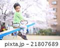 公園で遊ぶ幼児 21807689