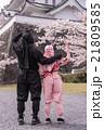 桜のお城を見上げる二人の忍者 手裏剣を持っている 21809585