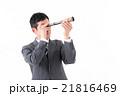 望遠鏡で先を見通すビジネスマン 21816469