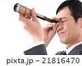 望遠鏡で先を見通すビジネスマン 21816470