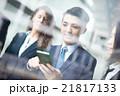 ビジネスマン オフィス スマホの写真 21817133