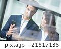 ビジネスマン オフィス スマホの写真 21817135