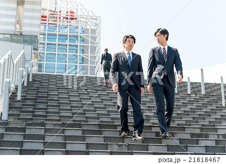 を 降りる 階段 下りる
