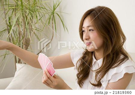 大事な人生のカード選び 横顔 21819360