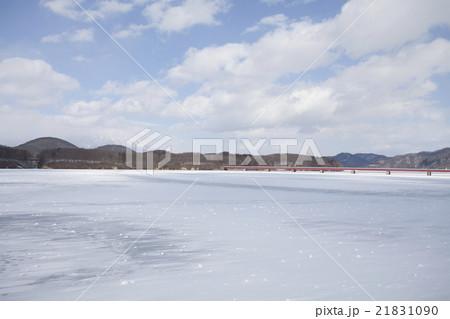 岩手県盛岡市 冬の御所湖と岩手山 21831090