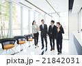 ビジネスマン ビジネスウーマン 廊下の写真 21842031