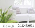 窓辺に置かれたソファのイメージ 21843951