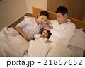 2歳の女の子を寝かしつけるお母さん 21867652