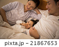 2歳の女の子を寝かしつけるお母さん 21867653
