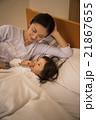 2歳の女の子を寝かしつけるお母さん 21867655