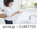 手を洗う2歳の女の子 21867705