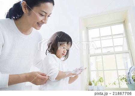 手を洗う2歳の女の子 21867706