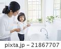 手を洗う2歳の女の子 21867707