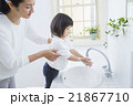 手を洗う2歳の女の子 21867710