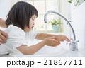 手を洗う2歳の女の子 21867711