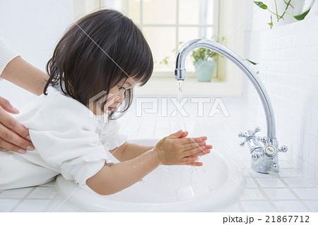 手を洗う2歳の女の子 21867712
