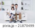ライフスタイル ソファでスマホを操作する家族3人 21870499