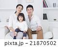 ライフスタイル ソファでスマホを操作する家族3人 21870502