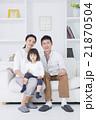 ライフスタイル ソファでスマホを操作する家族3人 21870504