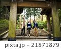 寺を観光する外国人旅行客 21871879
