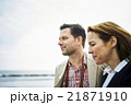海沿いを歩く外国人旅行客 21871910