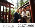 寺を観光する外国人旅行客 21871960