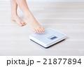 体重計と女性の足 21877894