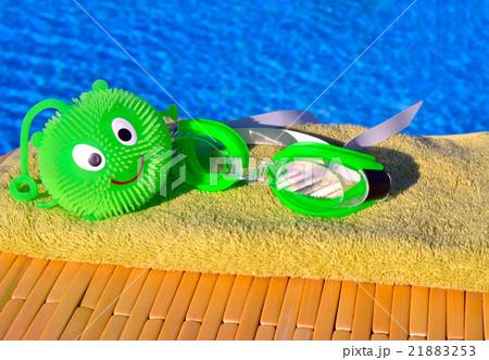 goggles, toy, bath towels against blue water.の写真素材 [21883253] - PIXTA