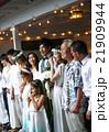 ハウスウェディングをする新婚夫婦 21909944