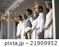 ハウスウェディングをする新婚夫婦 21909952