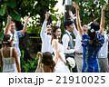 お祝いされる新婚夫婦 21910025