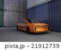 コンテナヤードに止まっているオレンジ色の電気自動車。3Dイメージ。 21912739