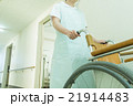 看護師と車椅子 21914483