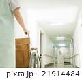 看護師と車椅子 21914484