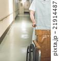 看護師と車椅子 21914487