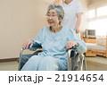 看護師と車椅子 21914654