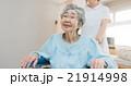 看護師と車椅子 21914998