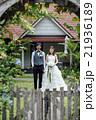 ガーデンウェディングをする新婚夫婦 21936189