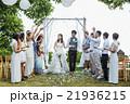お祝いされる新婚夫婦 21936215