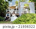 ガーデンウェディングをする新婚夫婦 21936322