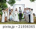 お祝いされる新婚夫婦 21936365