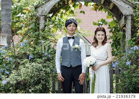 ガーデンウェディングをする新婚夫婦 21936379