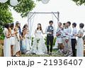お祝いされる新婚夫婦 21936407
