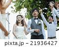 お祝いされる新婚夫婦 21936427