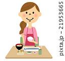 ご飯を食べるエプロンの女性 21953665