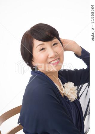 華やかな服装をした50代の女性 21968634